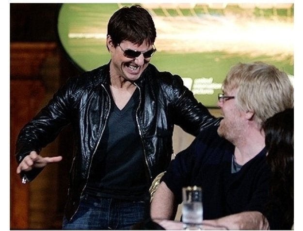 Tom Cruise sneaks up on actor Phillip Seymor Hoffman